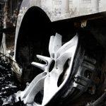 Photomontage en noir et blanc et nuances de couleurs sur le thème de la contestation sociales et politiques avec le collage numérique de Gilets Jaunes, d'une peinture sur l'Assemblée Constituante de 1789 et des restes calcinés d'une voiture incendiée